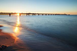 Sunset behind the pier, Baltic Sea, Prerowの写真素材 [FYI02342211]