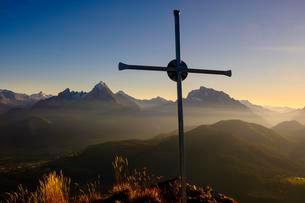 Evening light at the summit cross of Rauhen Kopf, leftの写真素材 [FYI02342218]