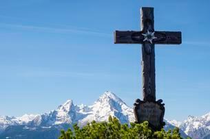 Summit cross of the Kneifelspitze, Watzmann, Berchtesgadenの写真素材 [FYI02342227]