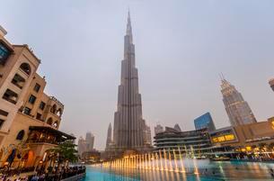 Burj Khalifa, artificial lake with lighted fountain, blueの写真素材 [FYI02342240]