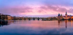 Morning mood on Vltava with Charles Bridge, Bridge Towerの写真素材 [FYI02342243]
