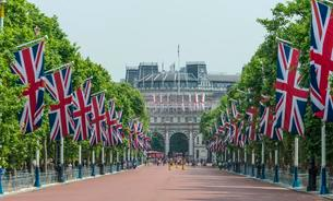 Flags on road, Buckingham Palace, The Mall, Southwarkの写真素材 [FYI02342249]