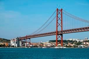 Bridge of April 25, Ponte 25 de Abril over the river Tagusの写真素材 [FYI02342270]