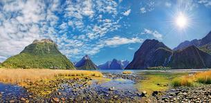Panorama of Milford Sound, Mitre Peak, Sunshine, Fiordlandの写真素材 [FYI02342273]