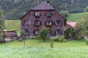 Old farmhouse with shingle facade, around 1820の写真素材 [FYI02342280]