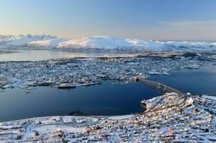 Snowy town with bridge, islands in the North Sea, Tromsoの写真素材 [FYI02342281]