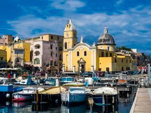 Marina the Procida with church Parrocchia Maria Ss. Dellaの写真素材 [FYI02342293]