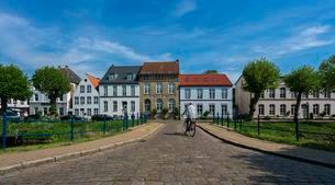 Row of houses, Friedrichstadt, North Frisiaの写真素材 [FYI02342308]