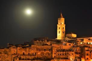 Medieval old town with cathedral at full moon, Sassi diの写真素材 [FYI02342317]