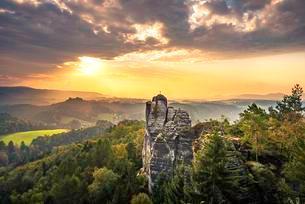 Monch summit at sunrise, Schrammsteine around the Basteiの写真素材 [FYI02342323]