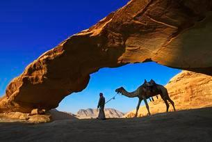 Bedouin with his camel, Rock-Arch Al Kharza, Wadi Rumの写真素材 [FYI02342324]