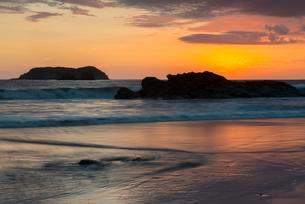 Sunset at Playa Espadilla, Manuel Antonio National Parkの写真素材 [FYI02342330]