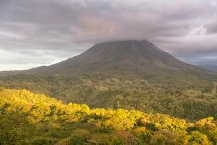 Volcano Arenal in clouds, Arenal Volcano National Parkの写真素材 [FYI02342331]