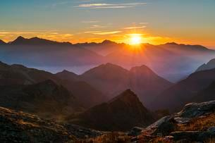 The sun rises at dawn on a mountain chain, Mont Avicの写真素材 [FYI02342348]