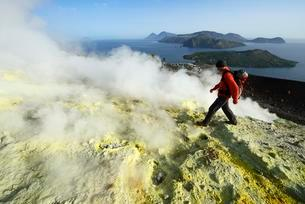 Hiker on the Gran Cratere walks through sulphur fumarolesの写真素材 [FYI02342353]