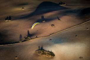 Paragliding over fields, near Algodonales, Andalusiaの写真素材 [FYI02342356]