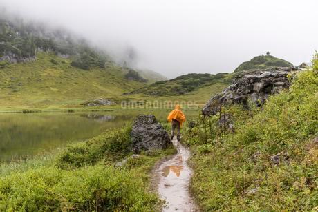 Hiker, Funtensee, Maria Alm, Salzburg, Austria, Europeの写真素材 [FYI02342367]