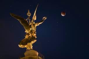 Moon, blood moon, at the Berlin Victory Column, Berlinの写真素材 [FYI02342393]