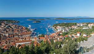View from fortress Spanjola on harbor and city Hvar, islandの写真素材 [FYI02342404]