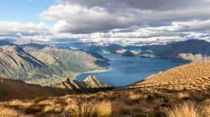 Alpine landscape, Lake Hawea and mountain panorama, Isthmusの写真素材 [FYI02342405]