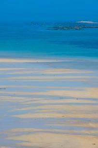 Turquoise water and sandy beach, Shell beach, Hermの写真素材 [FYI02342424]