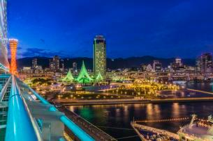 View of harbour with skyline at night, Kobe, Honshu Islandの写真素材 [FYI02342459]