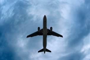 Airplane in a dramatic stormy sky, United Kingdom, Europeの写真素材 [FYI02342477]