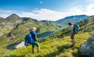 Hikers look down into the valley on the Giglachsee lakesの写真素材 [FYI02342481]