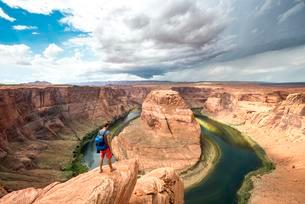 Young man on a rock, Horseshoe Bend, bend of the Coloradoの写真素材 [FYI02342482]