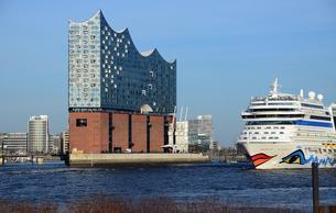 Cruise ship Aida at Elbe Philharmonic Hall, Hamburgの写真素材 [FYI02342486]