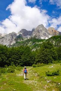 Female hiker in Kukaj Valley with Jezerca, Maja eの写真素材 [FYI02342495]