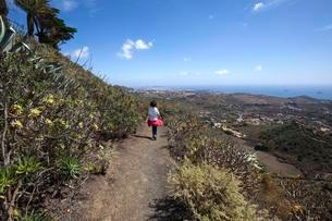 Female hiker on the crater path around the volcano Bandamaの写真素材 [FYI02342499]