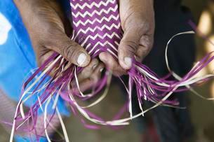 Hands of a woman weaving a mat, ethnic group of Pokomoの写真素材 [FYI02342506]
