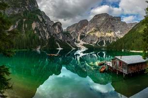 Green mountain lake with boats and boathouse, Seekogel peakの写真素材 [FYI02342508]