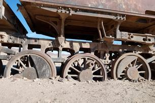 Wagon with sunken wheels at the railway cemetery, Uyuniの写真素材 [FYI02342512]