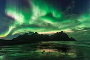 Night shot, Northern Lights (Aurora borealis), Black sandの写真素材 [FYI02342525]