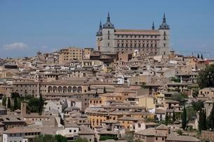 View of the Alcazar and the old town of Toledo, Castilla laの写真素材 [FYI02342527]