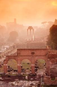 Roman Forum in the morning mist at sunrise, Foro Romanoの写真素材 [FYI02342544]