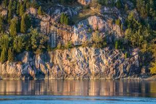 Steep rock formation at river Riviere Saguenay, Saguenayの写真素材 [FYI02342551]