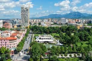 View over Tirana downtown, Rinia Park, Taivani center andの写真素材 [FYI02342559]
