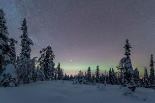 Starry sky with Milky Way and northern lights overの写真素材 [FYI02342561]