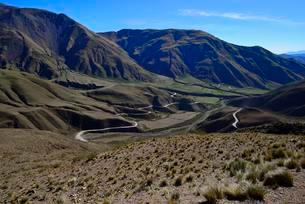 Curving gravel road to the Cuesta del Obispo, Los Cardonesの写真素材 [FYI02342563]