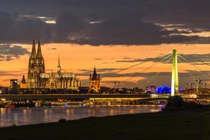 Panoramic view of the Rhine with Cologne Cathedralの写真素材 [FYI02342568]
