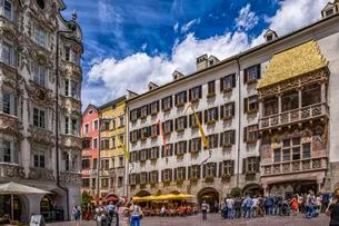 Historic centre with tourists, Golden Roof, Innsbruckの写真素材 [FYI02342571]