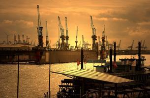 View from the jetties, harbor, Hamburg, Germany, Europeの写真素材 [FYI02342573]