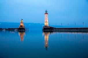 Evening in the harbor with lighthouse and Bavarian lionの写真素材 [FYI02342578]