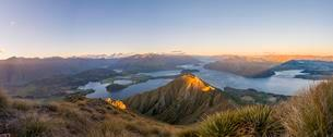 Panoramic view of mountains and lake, Roys Peak at sunsetの写真素材 [FYI02342579]