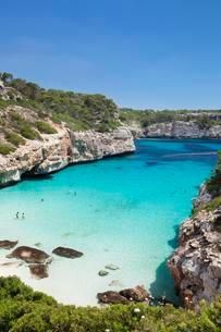Bay and beach of Cala d'es Moro in Cala S'Almoniaの写真素材 [FYI02342585]