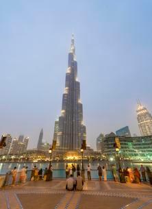 View of Burj Khalifa, blue hour, Dubai, Emirate of Dubaiの写真素材 [FYI02342587]