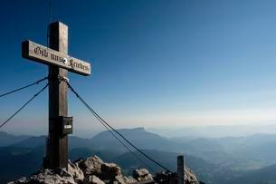 Summit cross of the Hochkalter, 2.607m, behind theの写真素材 [FYI02342590]